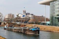 Amigo βάρκα φορτηγίδων καναλιών που μεταφέρει τον άνθρακα στον ανεπαρκή ποταμό Στοκ Εικόνες