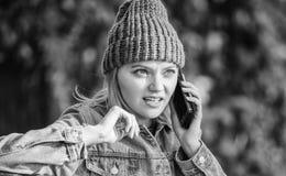 Amigo da chamada do smartphone da menina Toque da estada com smartphone moderno Conceito móvel da chamada Eu estou esperando-o no fotografia de stock