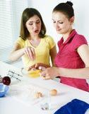 Amigo de duas mulheres que cozinha junto, tendo o divertimento, pessoa do estilo de vida fotos de stock