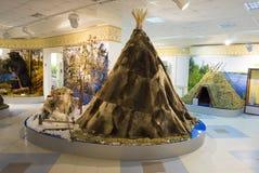 Amigo de Khanty dentro del museo y del centro de exposición de la ciudad Langepas fotos de archivo