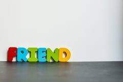 Amigo de madeira colorido da palavra com background1 branco Imagens de Stock Royalty Free