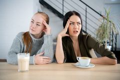 Amigo que amua em se, conceito mau de duas mulheres do relacionamento imagens de stock