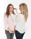 Amigo que ayuda con maquillaje Fotografía de archivo