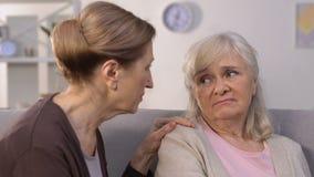 Amigo que calma de la mujer mayor a tiempo del problema, problemas de la relación, divorcio metrajes