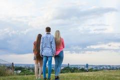 Amigo tres que mira el panorama de la ciudad Imagenes de archivo
