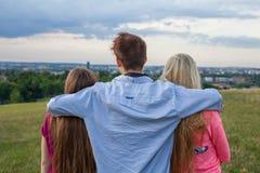 Amigo tres que mira el panorama de la ciudad Foto de archivo