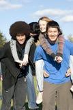 Amigos adolescentes étnicos imagen de archivo