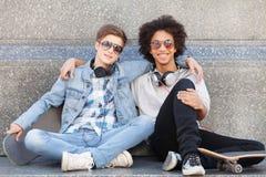 Amigos adolescentes. Fotos de archivo libres de regalías