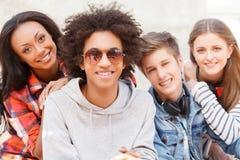 Amigos adolescentes. Imagen de archivo libre de regalías