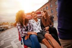 Amigos adolescentes alegres en el triciclo Foto de archivo