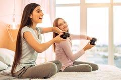 Amigos adolescentes alegres que disfrutan de los videojuegos Imagenes de archivo