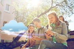 Amigos adolescentes con smartphone y los auriculares Imagen de archivo