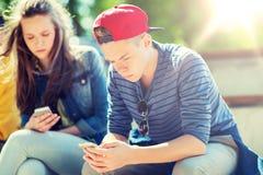 Amigos adolescentes con smartphones al aire libre Fotos de archivo