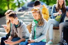 Amigos adolescentes con smartphones al aire libre Fotografía de archivo