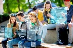 Amigos adolescentes con smartphones al aire libre Foto de archivo libre de regalías