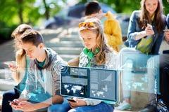 Amigos adolescentes con smartphones al aire libre Fotografía de archivo libre de regalías