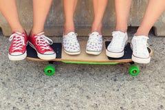 Amigos adolescentes del inconformista con el monopatín Foto de archivo libre de regalías
