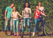Amigos adolescentes deportivos étnicos multi Foto de archivo libre de regalías