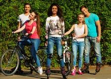 Amigos adolescentes deportivos étnicos multi Fotografía de archivo libre de regalías