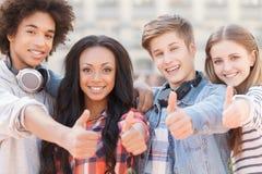 Amigos adolescentes felices. Fotos de archivo