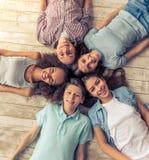 Amigos adolescentes felices Fotos de archivo libres de regalías