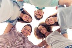 Amigos adolescentes felices Imágenes de archivo libres de regalías