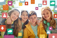 Amigos adolescentes felices al aire libre Imagen de archivo libre de regalías