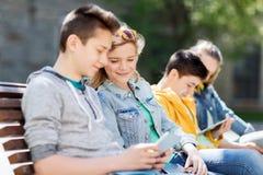 Amigos adolescentes felices con PC de la tableta al aire libre Fotos de archivo
