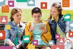Amigos adolescentes felices con PC de la tableta al aire libre Fotos de archivo libres de regalías