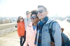 Amigos adolescentes felices en las sombras que abrazan en la calle Imagenes de archivo