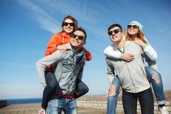 Amigos adolescentes felices en las sombras que se divierten al aire libre Imágenes de archivo libres de regalías