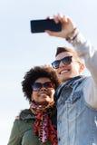 Amigos adolescentes felices en las sombras que toman el selfie Fotografía de archivo