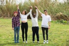 Amigos adolescentes felices en parque Imagenes de archivo