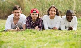 Amigos adolescentes felices en parque Imágenes de archivo libres de regalías