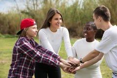 Amigos adolescentes felices en parque Imagen de archivo libre de regalías