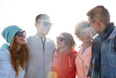 Amigos adolescentes felices en sombras que hablan en la calle Fotos de archivo