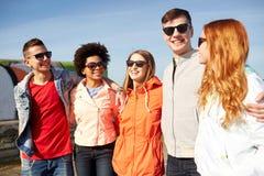 Amigos adolescentes felices en sombras que hablan en la calle Imagen de archivo libre de regalías