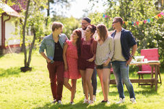 Amigos adolescentes felices que abrazan en el jardín del verano Fotos de archivo libres de regalías