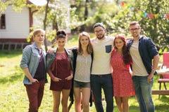Amigos adolescentes felices que abrazan en el jardín del verano Imagen de archivo libre de regalías