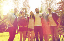 Amigos adolescentes felices que abrazan en el jardín del verano Foto de archivo