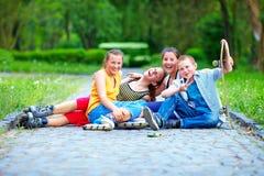 Amigos adolescentes felices que juegan al aire libre Imágenes de archivo libres de regalías