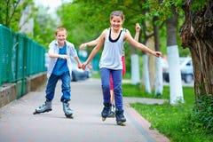 Amigos adolescentes felices que juegan al aire libre Fotos de archivo