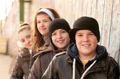 Amigos adolescentes felices que se divierten al aire libre Fotos de archivo libres de regalías