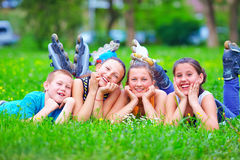 Amigos adolescentes felices que se divierten en parque de la primavera Fotos de archivo