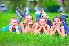 Amigos adolescentes felices que se divierten en parque de la primavera Foto de archivo libre de regalías
