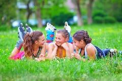 Amigos adolescentes felices que se divierten en parque de la primavera Fotografía de archivo libre de regalías