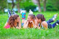 Amigos adolescentes felices que se divierten en parque de la primavera Imagenes de archivo