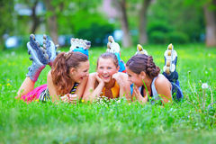 Amigos adolescentes felices que se divierten en parque de la primavera Imágenes de archivo libres de regalías