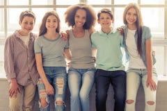 Amigos adolescentes felizes Imagem de Stock