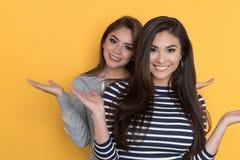 Amigos adolescentes femeninos Imagenes de archivo